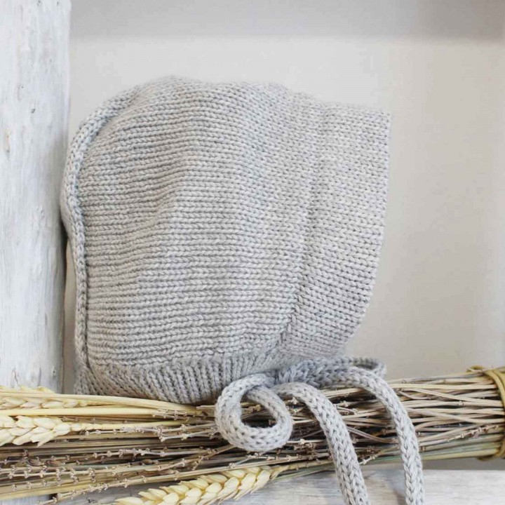 Knitted bonnet with details