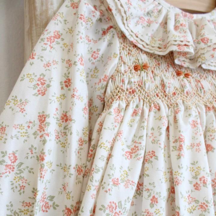 Vestido bordado com favos